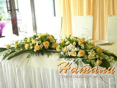 Цветочная композиция на свадебный стол молодых
