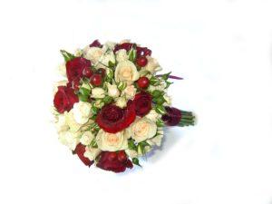 Букет невесты из кремовых и бордовых роз