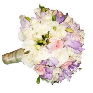 свадебный букет из белых и сиреневых фрезий