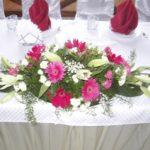 герберы цвета марсала в гостевых композициях