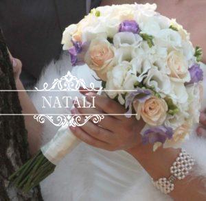 Свадебный букет из кремовых роз и эустомы