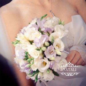 свадебный букет невесты из фрезий и эустомы