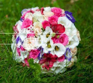 Cвадебный букет из ярких Свадебный букет из ярких цветов роз , эустомы , альстромерий