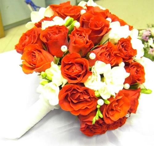 букет невесты из алых роз и фрезии