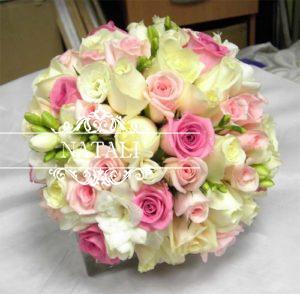 свадебный букет из трех видо роз и фрезий