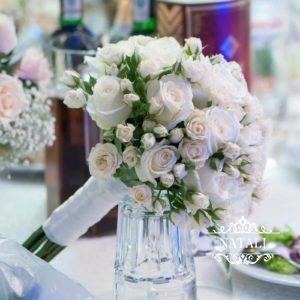 Cвадебный букет невесты из мелкой и крупной розы кремового цвета
