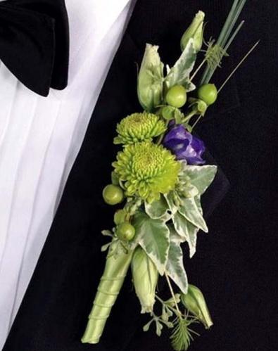 бутоньерка с эустомой и хризантемой