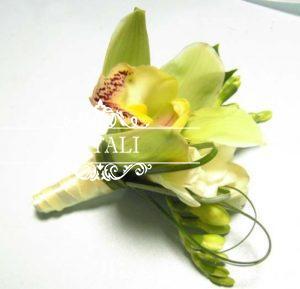 бутоньерка с орхидеей и фрезией