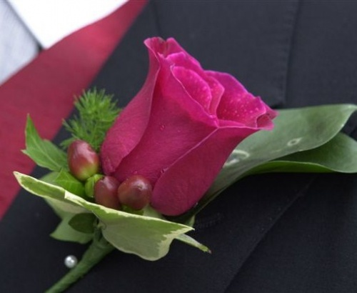 бутоньерка с красной розой