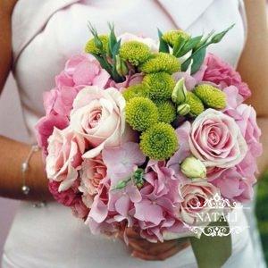 свадебный букет из розовых роз, гортензии и хризантемі