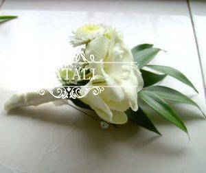 свадебная бутоньерка с белой эустомой