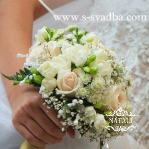 свадебный букет с кремовыми розами, белой фрезии, гипсофилы