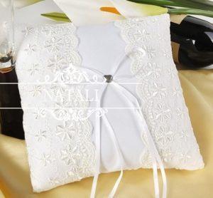 Белая подушка для колец с белым бантиком