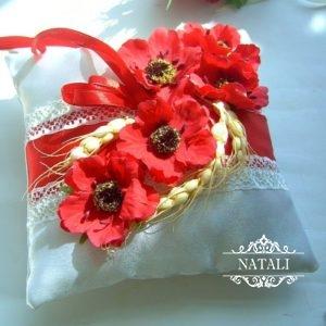 Подушечка для колец в украинском стиле с красными маками