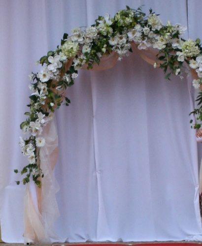 свадебная арка с куполом в белом цвете
