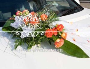 Цветочное украшение мз коралловых роз на свадебное авто