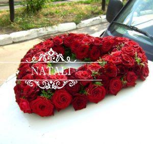 Сердце из живых цветов для украшения лимузина