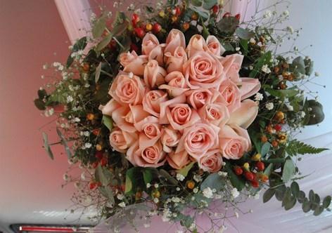 цветочная композиция из роз на свадебное авто