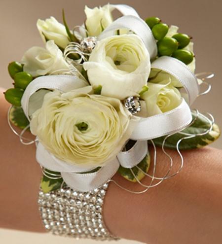 Свадебный браслет из цветов ранункулюса