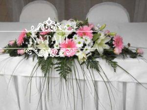 Украшение свадебного стола из лилий и нербер