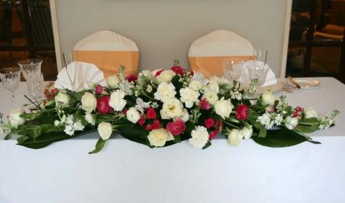 Композиция из живых цветов на свадебный стол