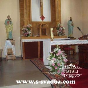 украшение костела на венчание живыми цветами