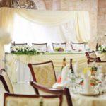 Оформление свадебного стола фрезией и орхидеей в ресторане Мисливський двір