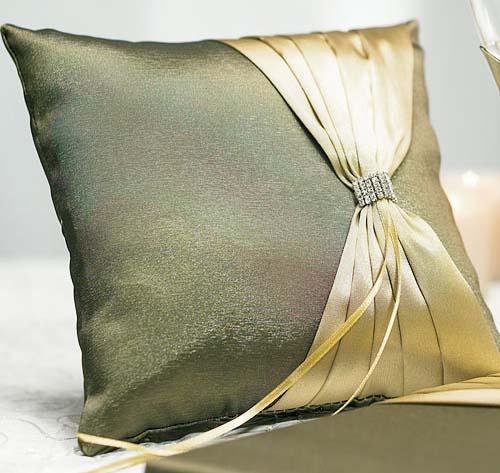 Подушечка для колец с золотистой ленточкой и брошкой