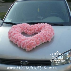 Сердце из розовых роз на авто