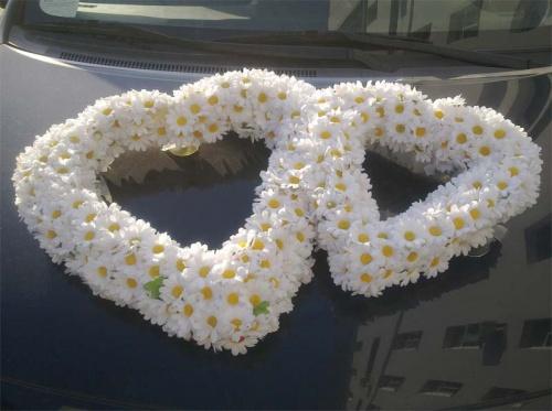 Прокат на свадебную машину сердца из ромашек