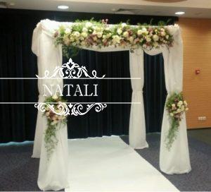квадратная свадебная арка с живыми цветами