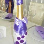 Свадебный декор шампанского с фиолетовым бантом