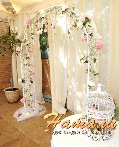 Свадебная арка из лозы и пионоф
