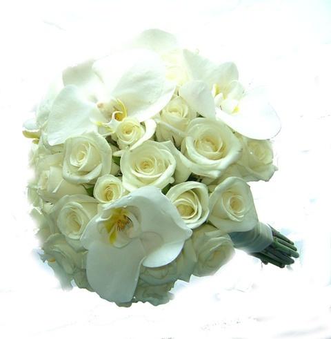 свадебный букет невесты из белых роз и орхидей