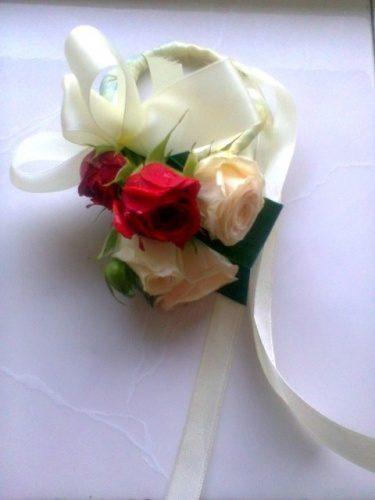 свадебный браслет из роз на руку