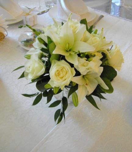 свадебная цветочная композиция на гостевой стол из лилий
