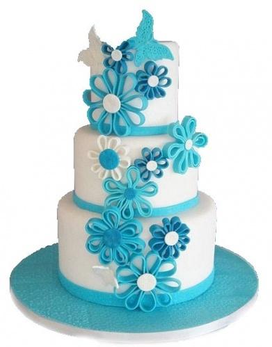 свадебный торт с декором в голубом цвете