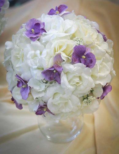 Цветочный шар из белых роз и фиолетовой орхидеи