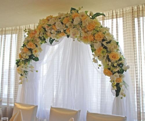 прокат свадебной арки в персиковых цветах