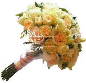кремовые кустовые розы в букете невесты