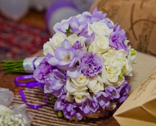 свадебнй букет навесты из сиреневой фрезии и роз