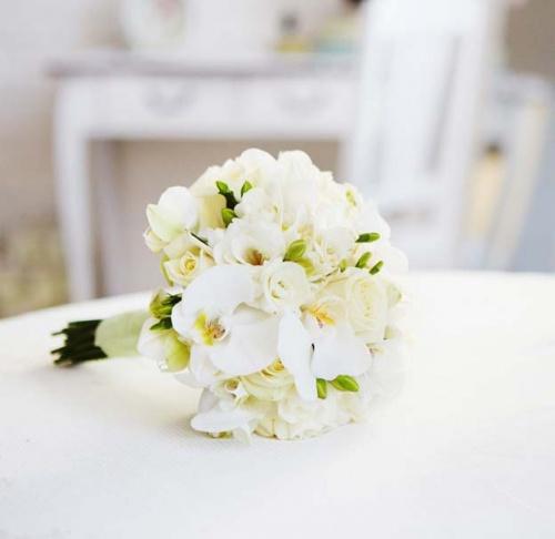 свадебный букет из нежных орхидей и роз