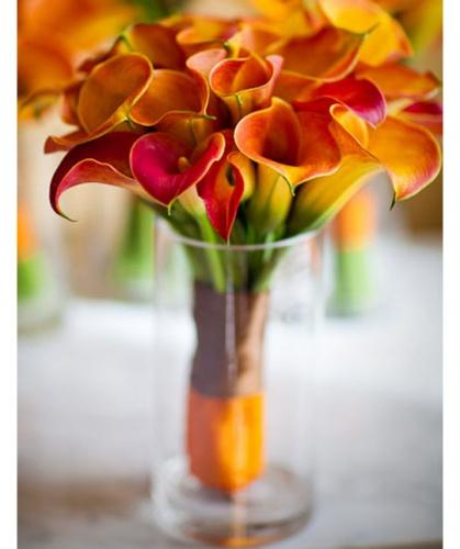 свадебный букет невесты из оранжево-красных калл