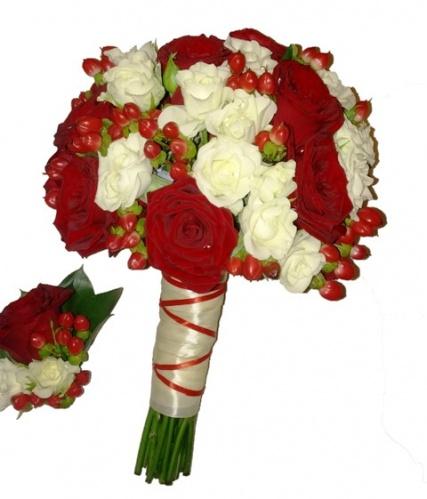 свадебный букет из красной и белой кустовой розы