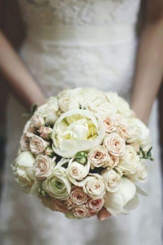 свадебный букет невесты из пионов,ранункулюса и кустовой розы