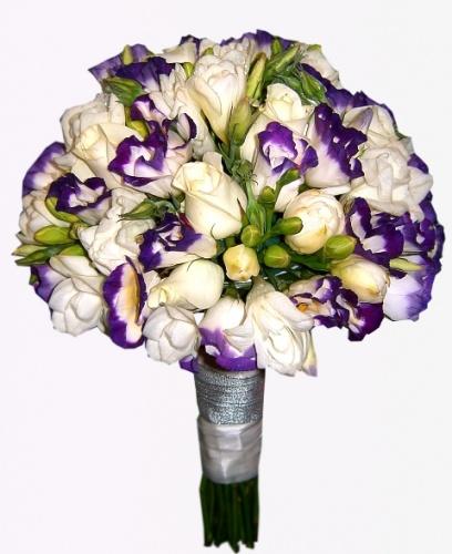 свадебный букет из фрезий,чернильной эустомы и роз