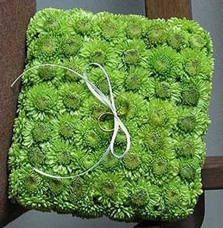 Подушка из зеленой хризантемы для колец