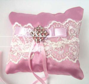 Подушечка для колец розовая с брошкой