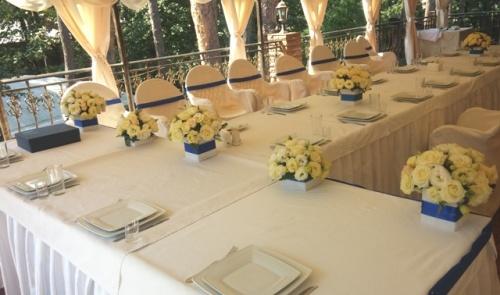 Украшение стола молодых цветамиУкрашение стола молодых цветами