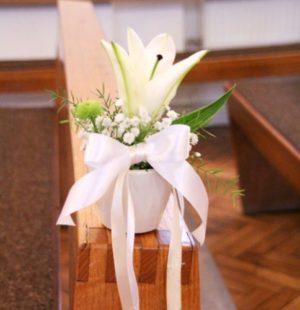 оформление живими цветами лавок в церкви